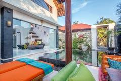 Villa de luxe et privée avec la piscine extérieure Photos stock