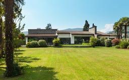 Villa de pays, jardin Images libres de droits