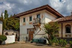 Villa de style oriental historique avec un balcon et toit carrelé avec le patio et le jardin images stock