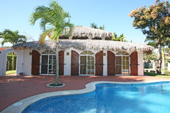 Villa de toit de paume dans Dominicana photographie stock libre de droits