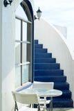 Villa de vacances avec le mur et la table basse blancs images libres de droits