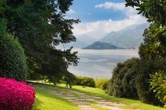 Villa del Balbianello som ses från trädgårdarna av villan Melzi D'Eril arkivfoton