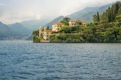 Villa del Balbianello som ses från vattnet, sjö Como, Italien, Eur royaltyfri fotografi