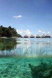 Villa dell'acqua in mare tropicale Immagine Stock