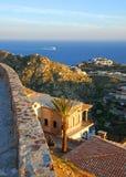 Villa di Cliffside con una vista di oceano splendida Immagine Stock