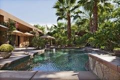 Villa di lusso con le palme della caratteristica e della cascata fotografie stock libere da diritti