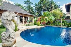Villa di lusso con lo stagno all'aperto Fotografia Stock Libera da Diritti