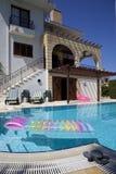 Villa di vacanza con il raggruppamento immagine stock libera da diritti