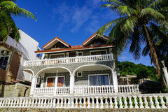 Villa di vista del mare con il giardino della palma Fotografia Stock