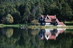 Villa dichtbij Meer Stock Foto