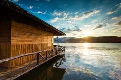Villa die de zonsondergang over het overzees onder ogen zien Royalty-vrije Stock Foto