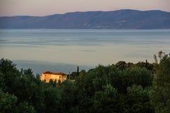 Villa door de Griekse zonsopgang wordt aangestoken die Stock Foto