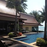 Villa door het overzees met het zwemmen Stock Fotografie