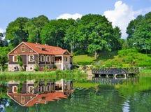Villa durch den See Stockbilder