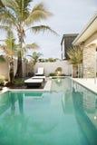 Villa e piscina Immagini Stock