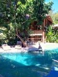 Villa e stagno della località di soggiorno Fotografia Stock Libera da Diritti