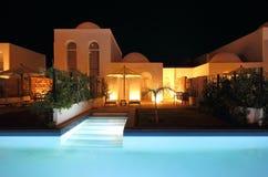 Villa en Pool in de Avond Stock Foto
