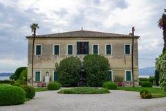Villa en Punta San Vigilio sur le policier de lac, Italie images libres de droits