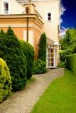 Villa en tuin Stock Afbeelding