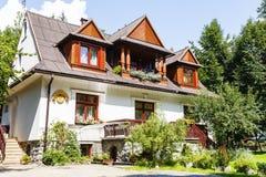 Villa faite en bois et brique dans Zakopane Photographie stock libre de droits