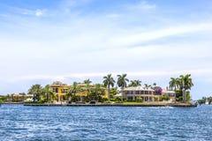 Villa in Fort Lauderdale van de watertaxi die wordt gezien stock foto's