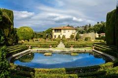 Villa Gambera med en sjö och trädgårdar i staden av Settignano tuscany arkivfoton
