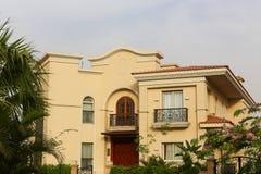 Villa gentille avec un jardin gentil photo stock
