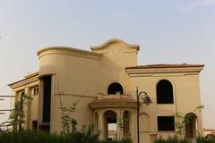 Villa gentille avec un jardin vert gentil image libre de droits