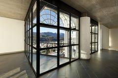 Villa. groot venster, intrior Stock Afbeeldingen