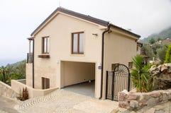 Villa i förorten av Petrovac, Montenegro Royaltyfria Bilder