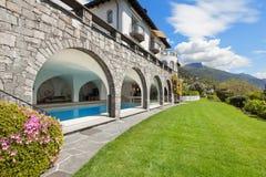 Villa med den inomhus pölen Royaltyfri Foto