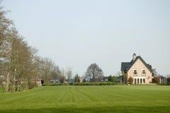 Villa met grote tuin royalty-vrije stock foto