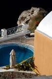 Villa met pool over overzees stock afbeeldingen