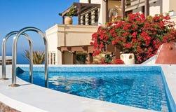 Villa met zwembad Stock Foto's
