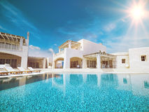 Villa met zwembad Het concept van de zomer het 3d teruggeven Royalty-vrije Stock Afbeeldingen
