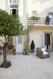Villa mit Garten Stockbild