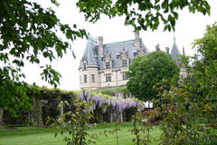 Villa mit Garten und Anlagen Stockfotografie