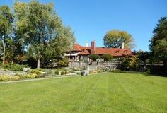 Villa mit landschaftlich gestaltetem Rasen Stockbild