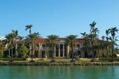 Villa mit Palmen Lizenzfreie Stockbilder