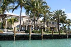 Villa mit Palmen Lizenzfreies Stockfoto