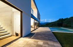 Villa moderna con lo stagno Immagini Stock Libere da Diritti