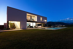 Villa moderna con lo stagno Immagine Stock Libera da Diritti