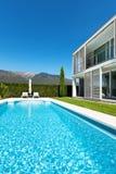 Villa moderna con lo stagno, Fotografia Stock Libera da Diritti