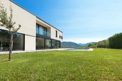 Villa moderna, giardino di vista fotografia stock
