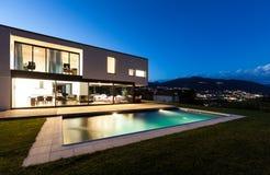 Villa moderne avec la piscine Photographie stock