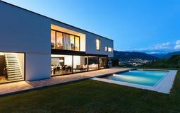 Villa moderne avec la piscine Photos libres de droits