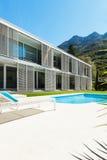 Villa moderne avec la piscine photo libre de droits