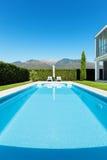 Villa moderne avec la piscine photos stock