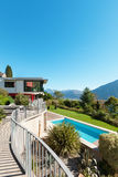 Villa moderne avec la piscine Image libre de droits