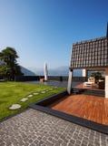 Villa moderne, extérieure avec la pelouse, personne photo stock